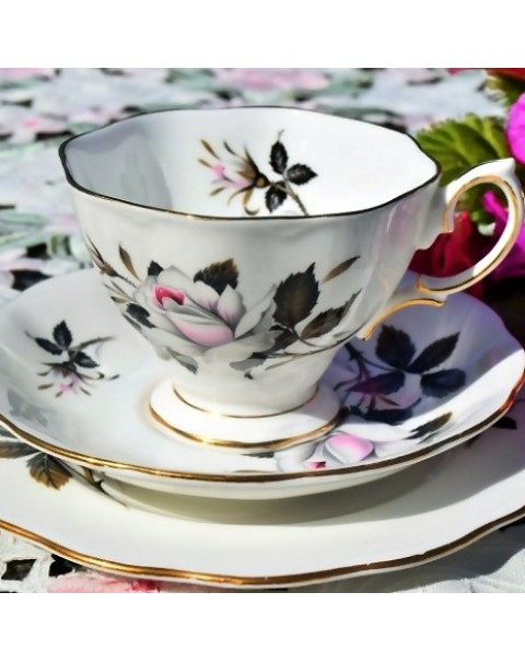 ROYAL ALBERT QUEENS MESSENGER TEA TRIO