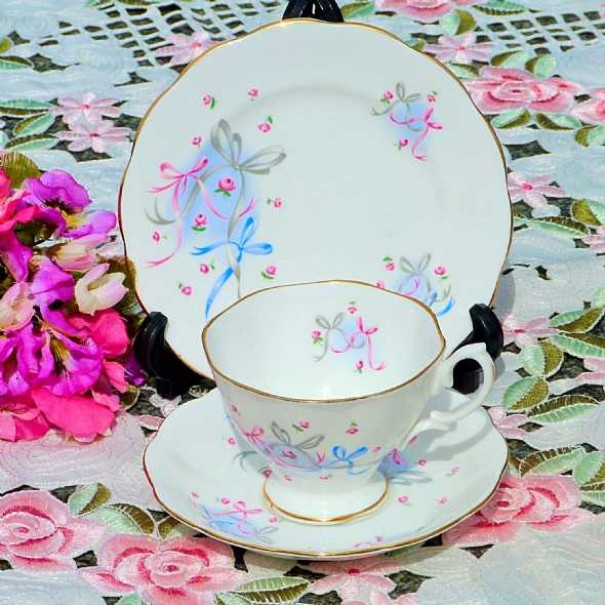 (OUT OF STOCK) ROYAL ALBERT BUTTONS AND BOWS  TEA TRIO